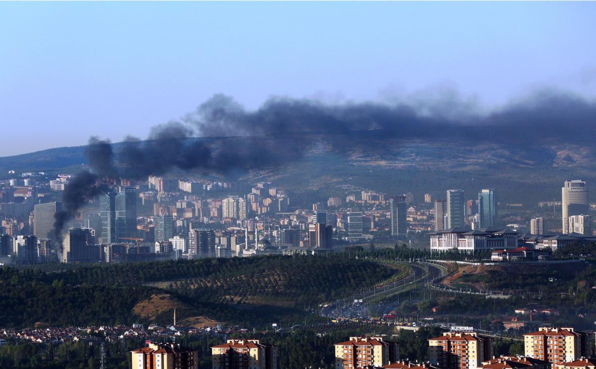 Stoupající kouř z míst poblíž prezidentského paláce v turecké Ankaře