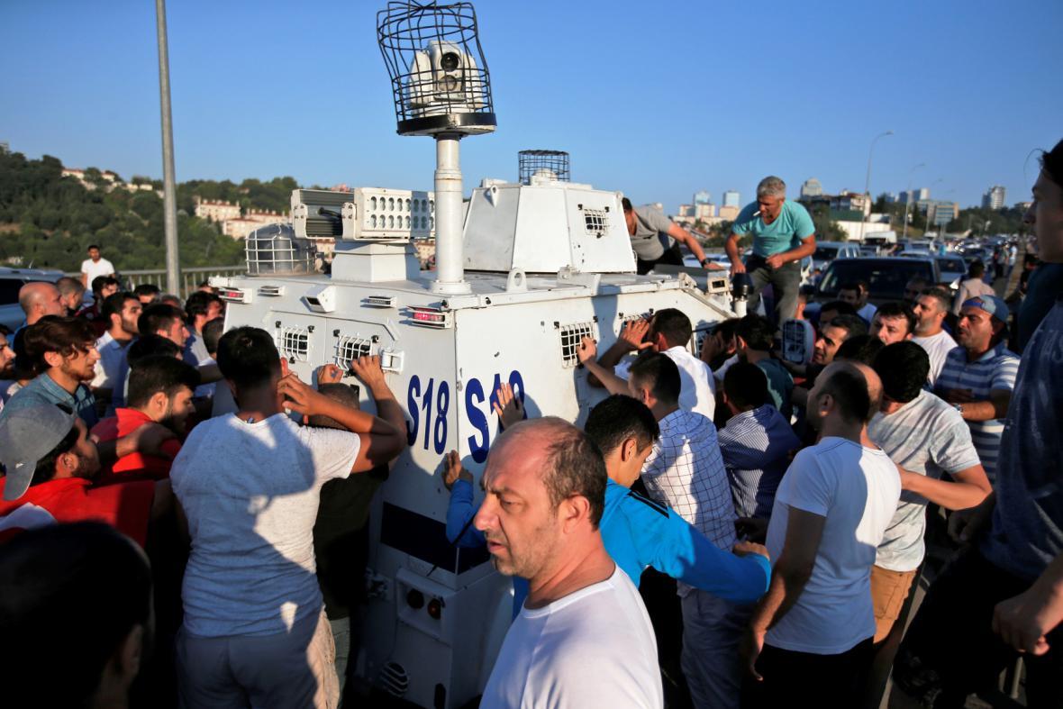 Civilisté se snaží zastavit transportér s vojáky, kteří se vzdali
