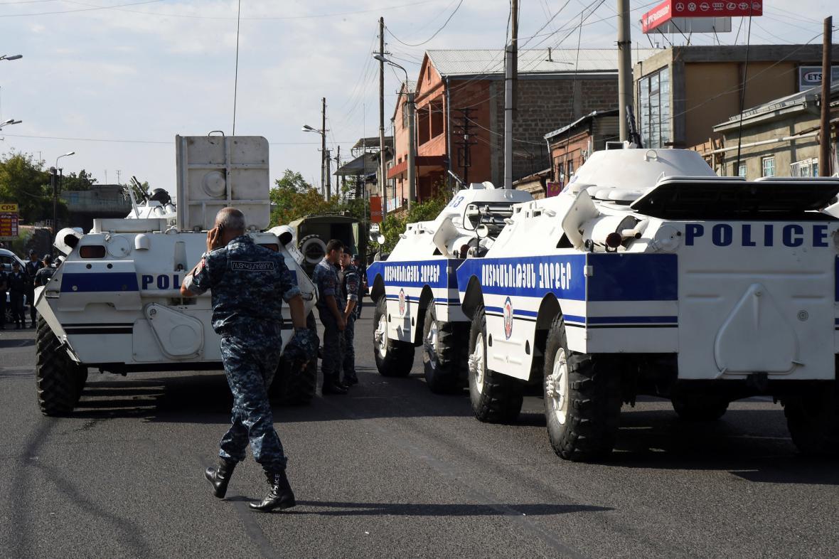 Arménská policie blokuje ulici v Jerevanu