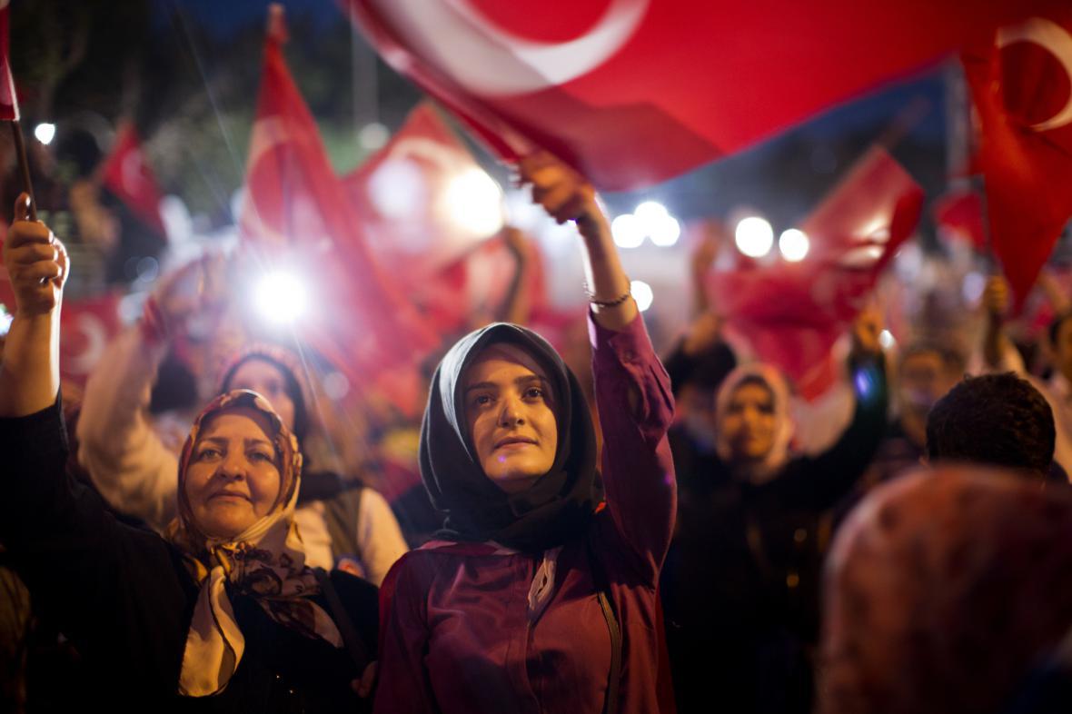 Erdoganovi příznivci na Taksimském náměstí v Istanbulu