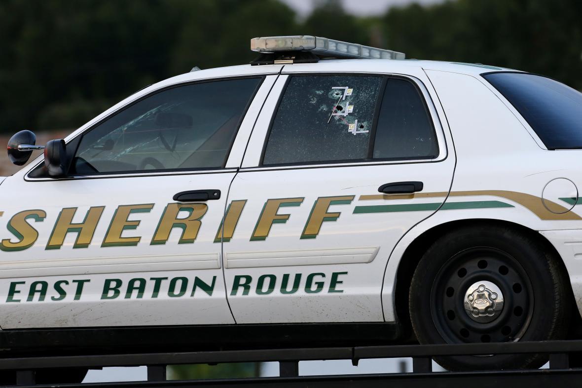 Následky střel mířených na policejní vůz