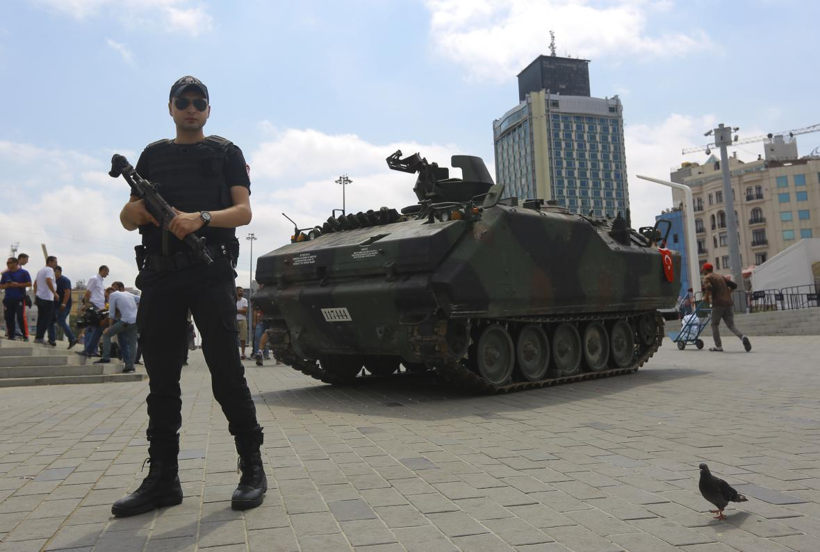 Opuštění tank na Taksimském náměstí v istanbulu