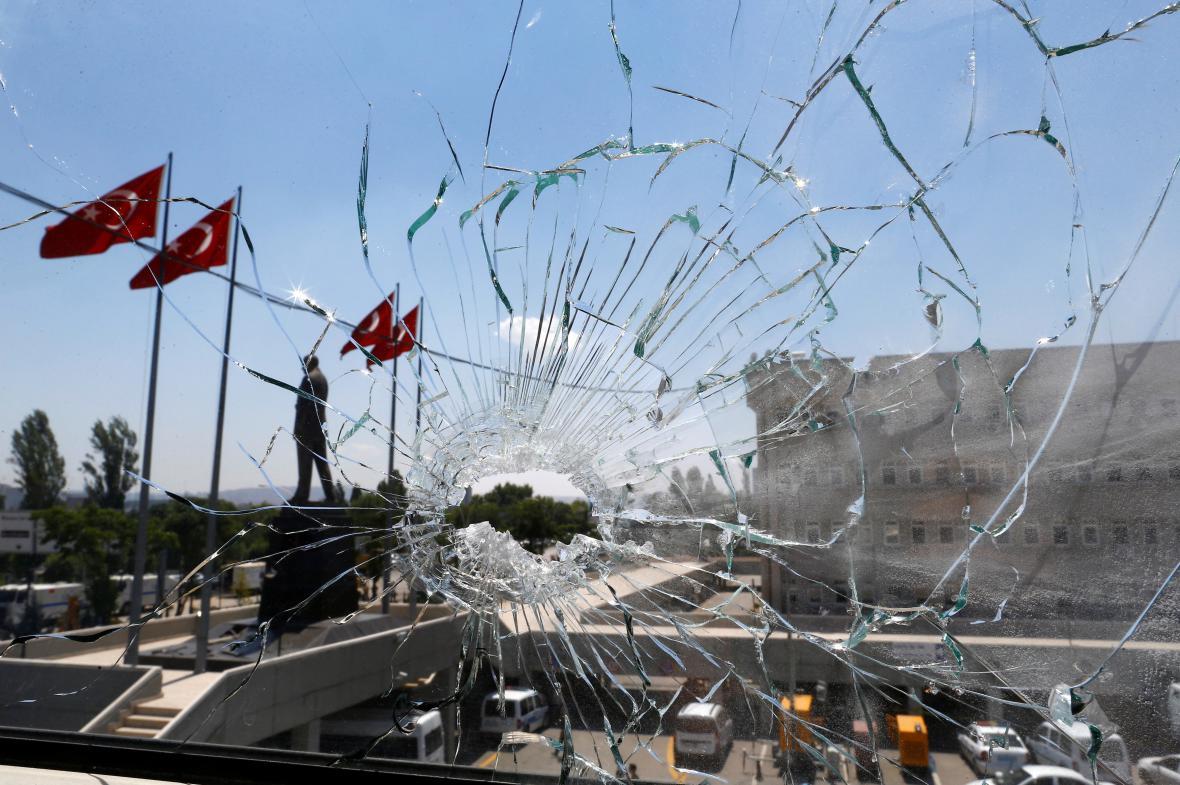 Otvor po střele na budově policejní centrály v Ankaře
