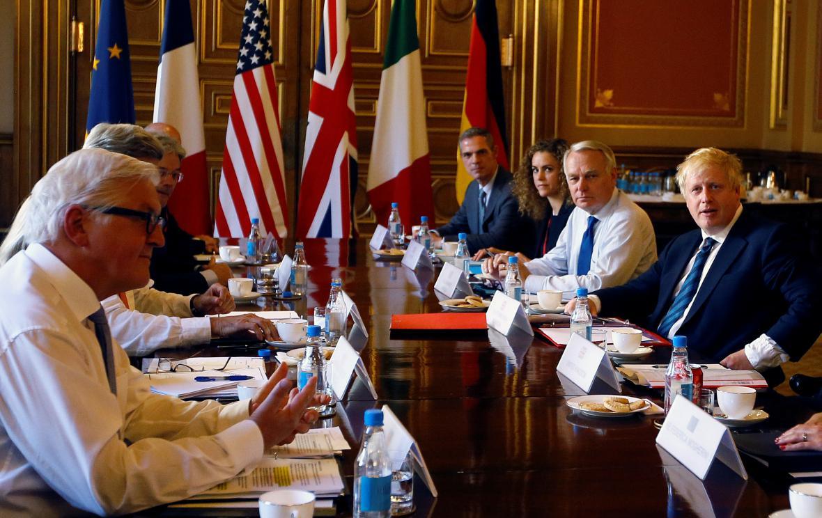 Boris Johnson při jednání s kolegy