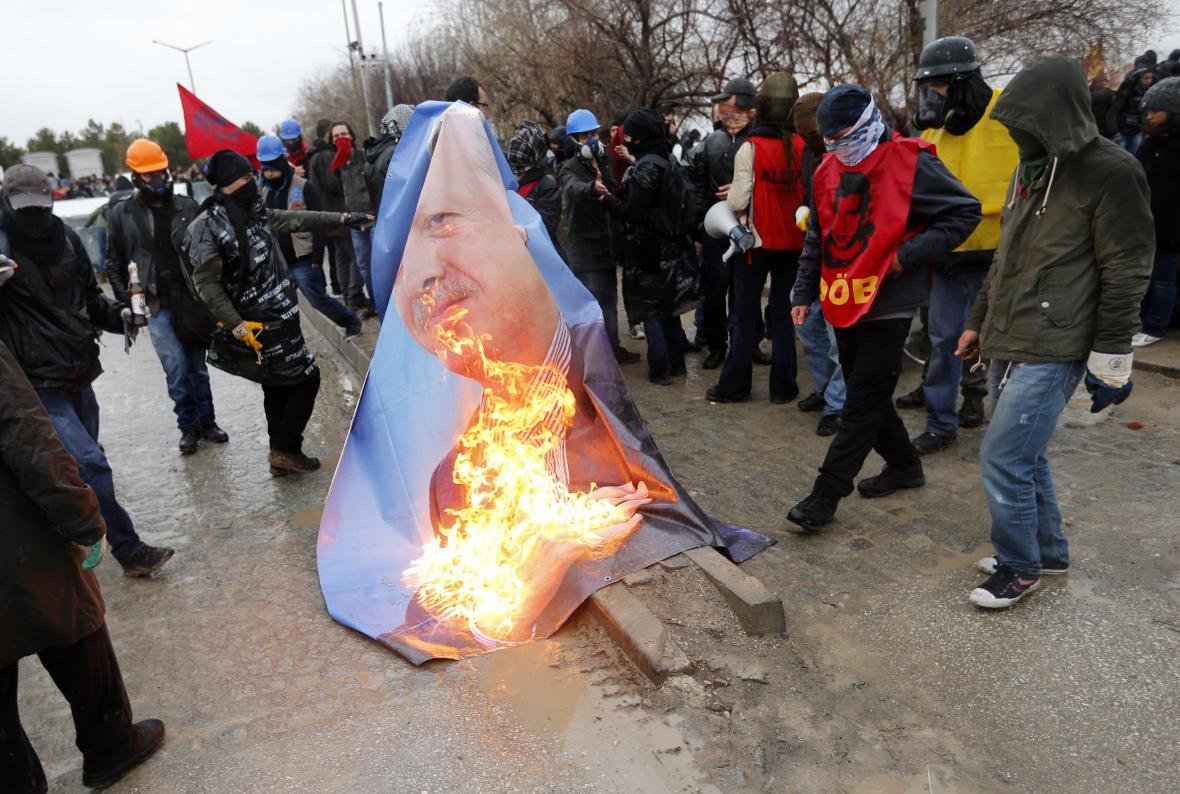 Studenti Technické univerzity v Ankaře pálí fotku tehdejšího premiéra Erdogana. Snímek z února 2014.