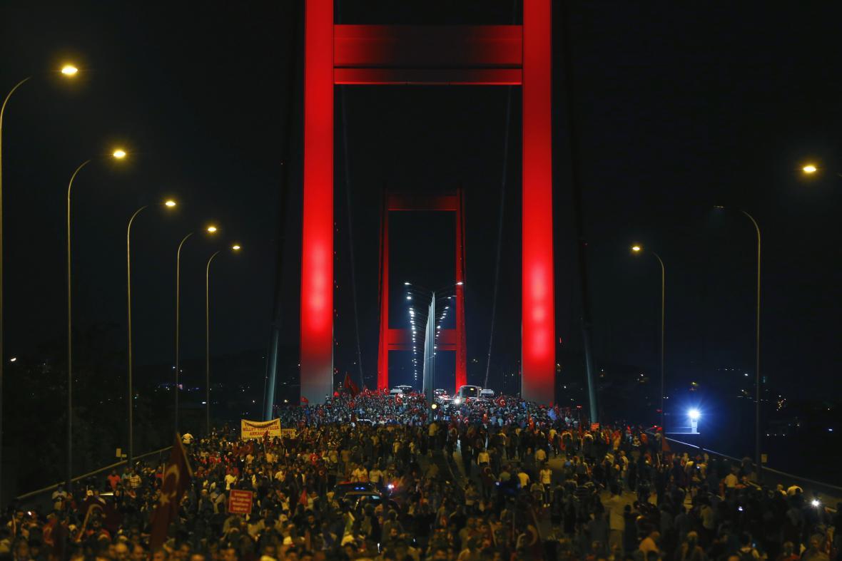 Shromáždění na Bosporském mostě v istanbulu