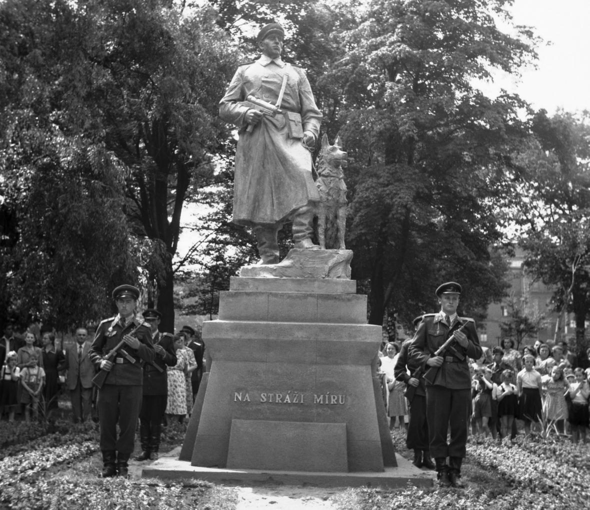 Slavnostní odhalení pomníku Pohraniční stráže v Chebu (1955)