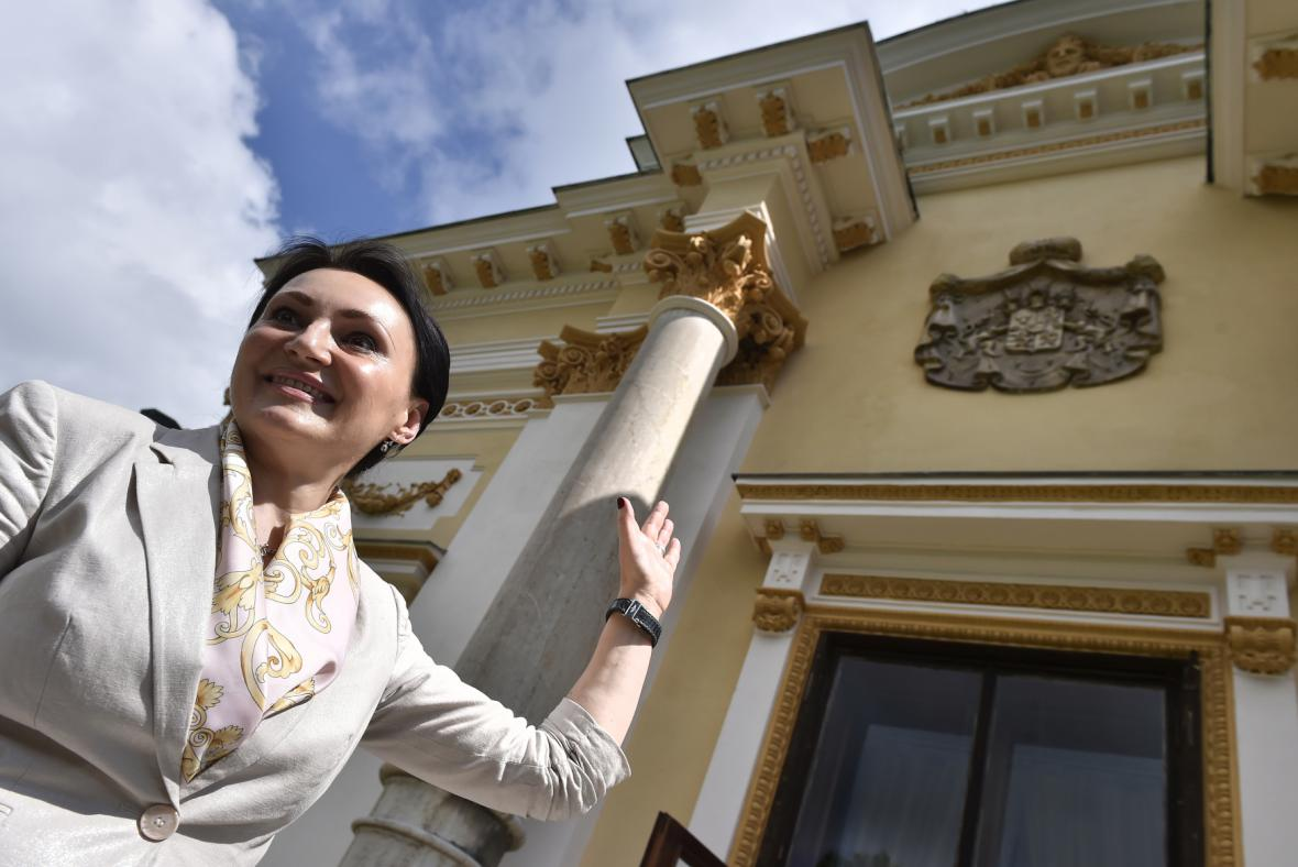 Helena Degerme ukazuje zrekonstruovaný zámek ve Světlé nad Sázavou