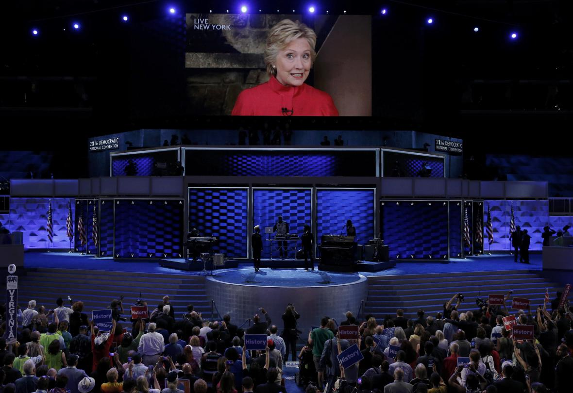 Demokraté nominovali Clintonovou na prezidentku