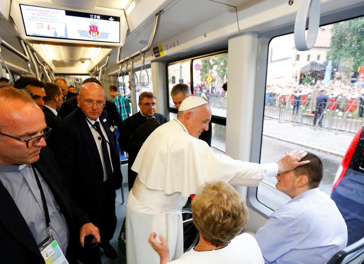 Papež při jízdě krakovskou tramvají