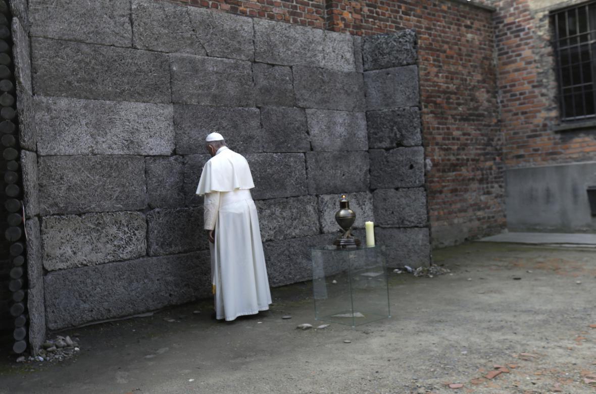 Modlitba na dvorku nechvalně proslulého bloku 11, kde probíhaly organizované popravy