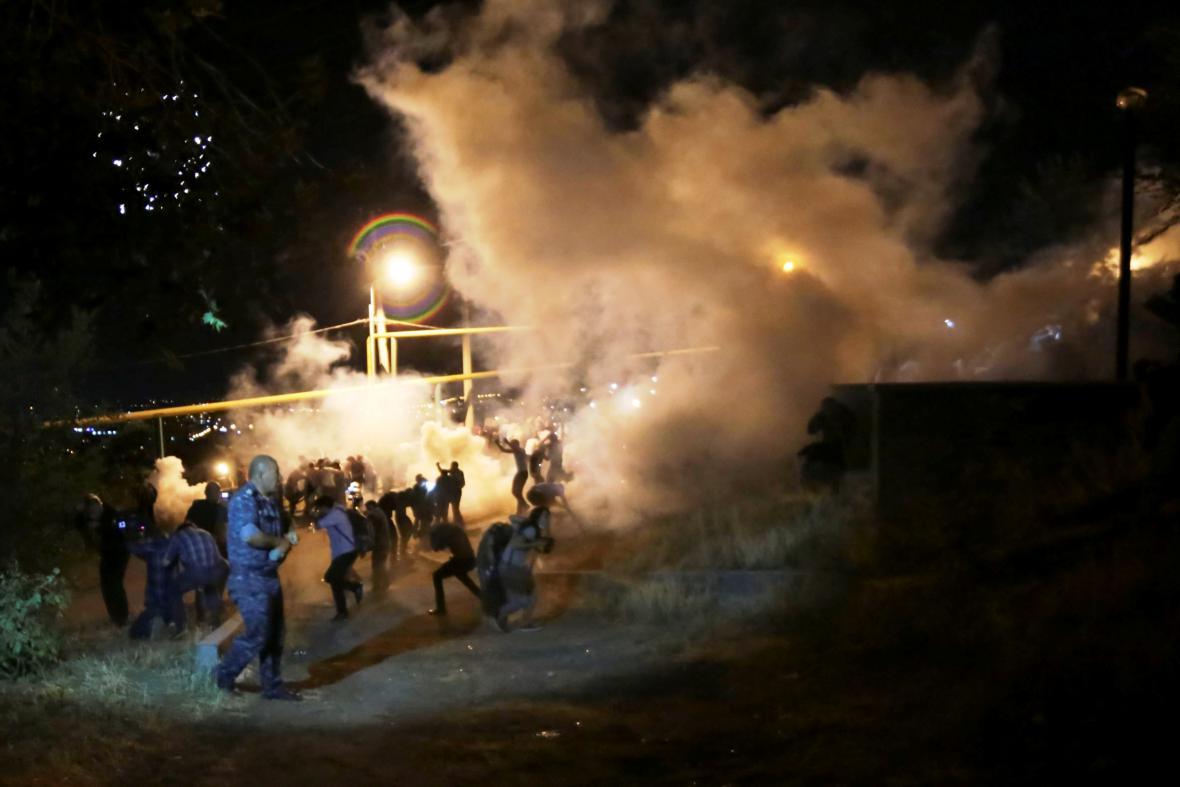 Střety demonstrantů s policií v ulicích Jerevanu