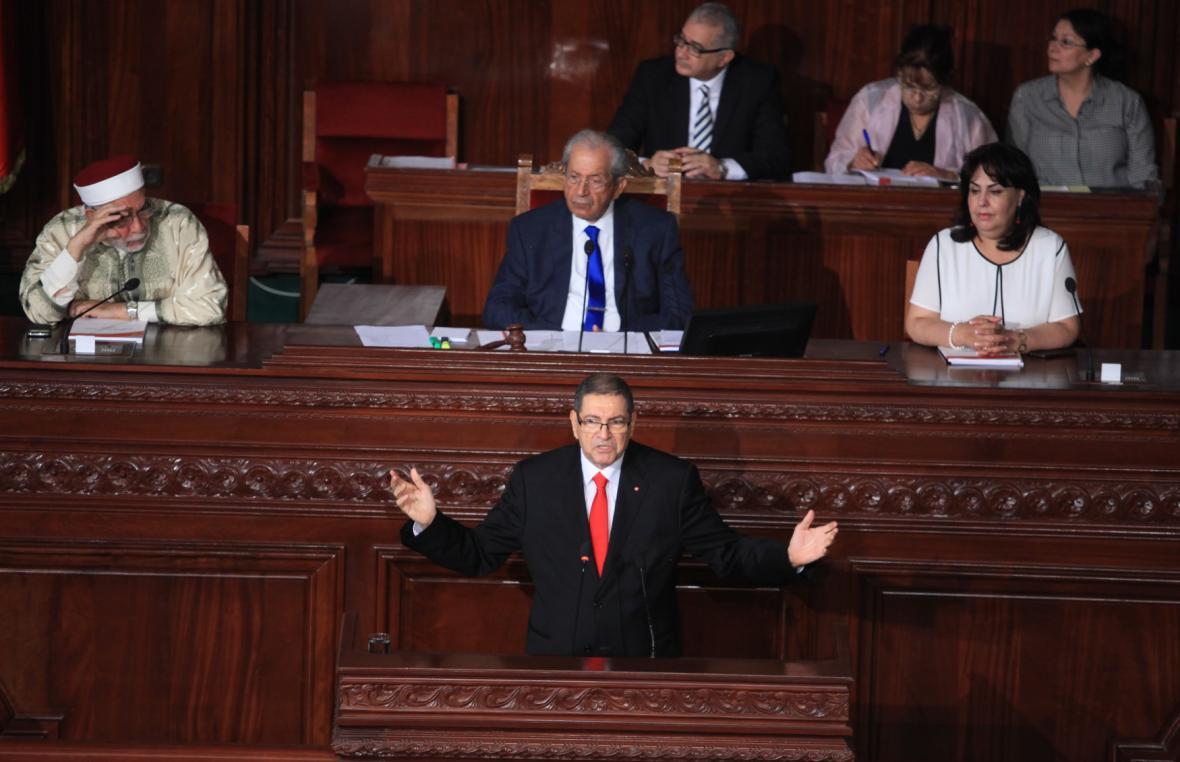 Premiér Habíb Síd (v popředí) pronáší projev před hlasováním o nedůvěře.