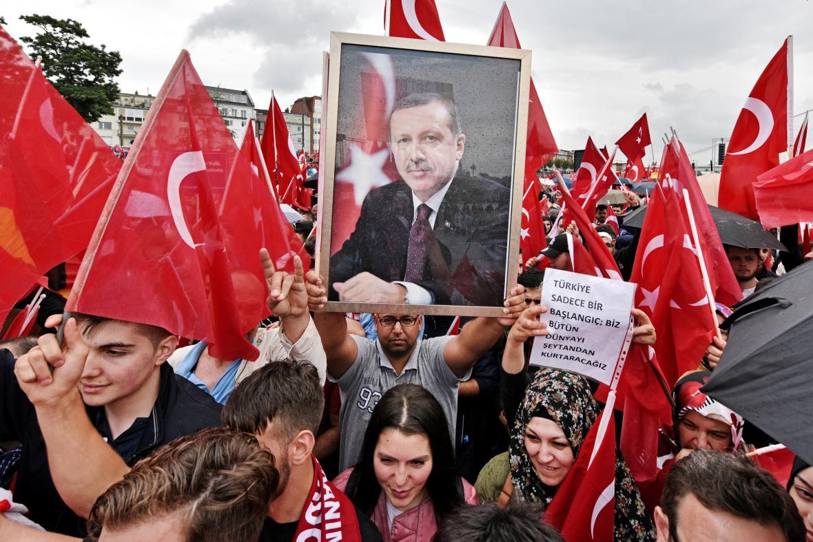 Demonstrace příznivců i odpůrců tureckého prezidenta Erdogana v Kolíně nad Rýnem