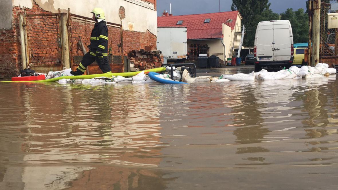 Hasiči čerpají vodu v Lipníku nad Bečvou