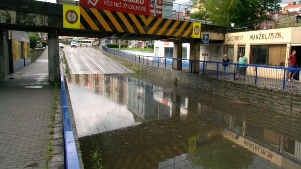 Zatopený podjezd ve Zlíně zkomplikoval provoz MHD