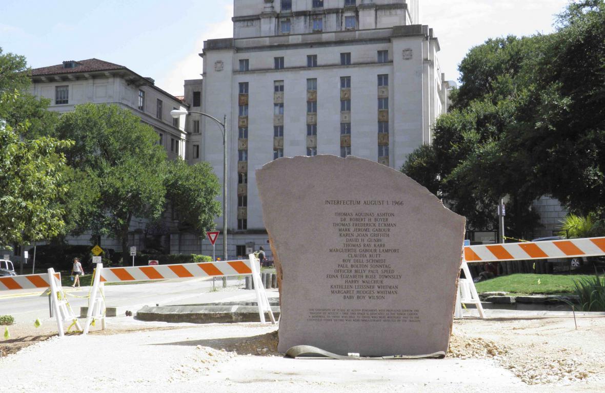 Oběti masakru na texaské univerzitě připomíná památník