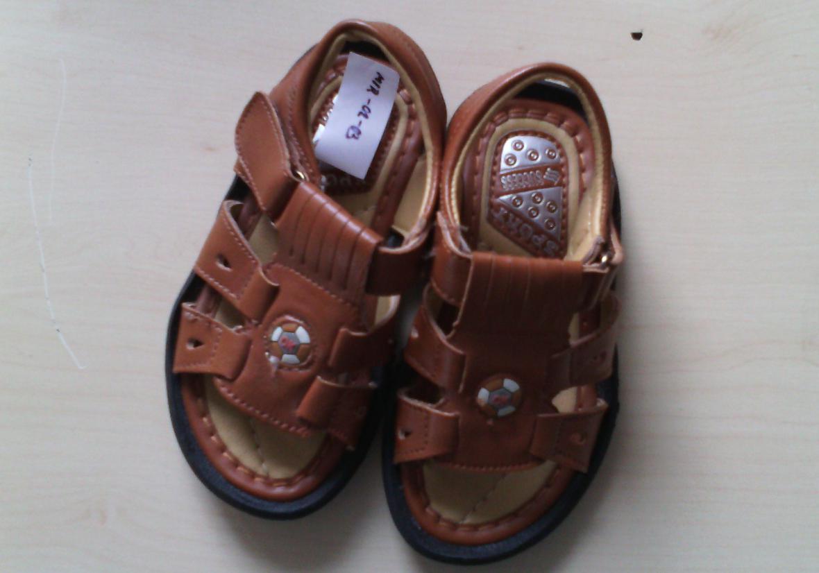 Chlapecké sandály obsahovaly olovo