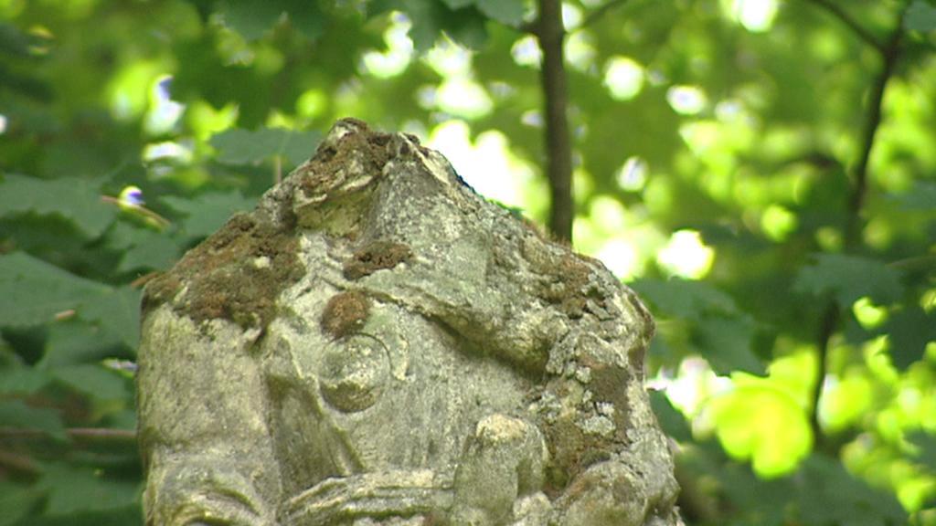 Poškozená socha v areálu dětenického zámku