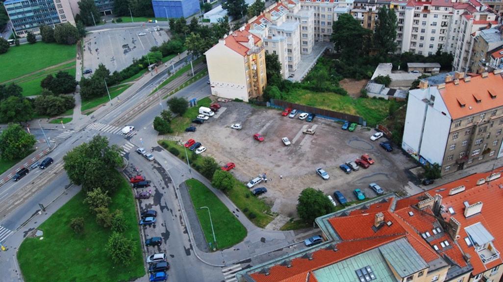 Proluka mezi domy na Vítězném náměstí, kde by měla nová stavba vzniknout
