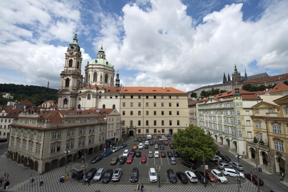 Malostranské náměstí ještě s parkovištěm