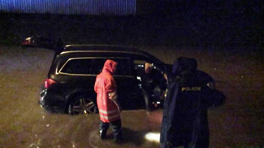 Auto uvízlo na zatopené silnici v Pelhřimově
