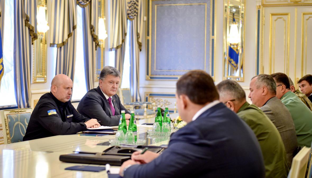 Ukrajinský prezident Petro Porošenko se šéfy bezpečnostních úřadů