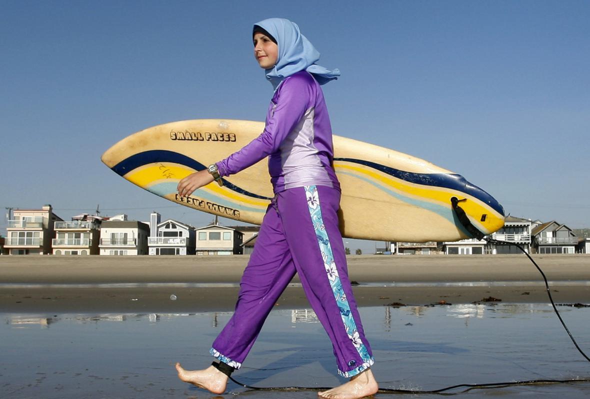 Surfařka v burkinách