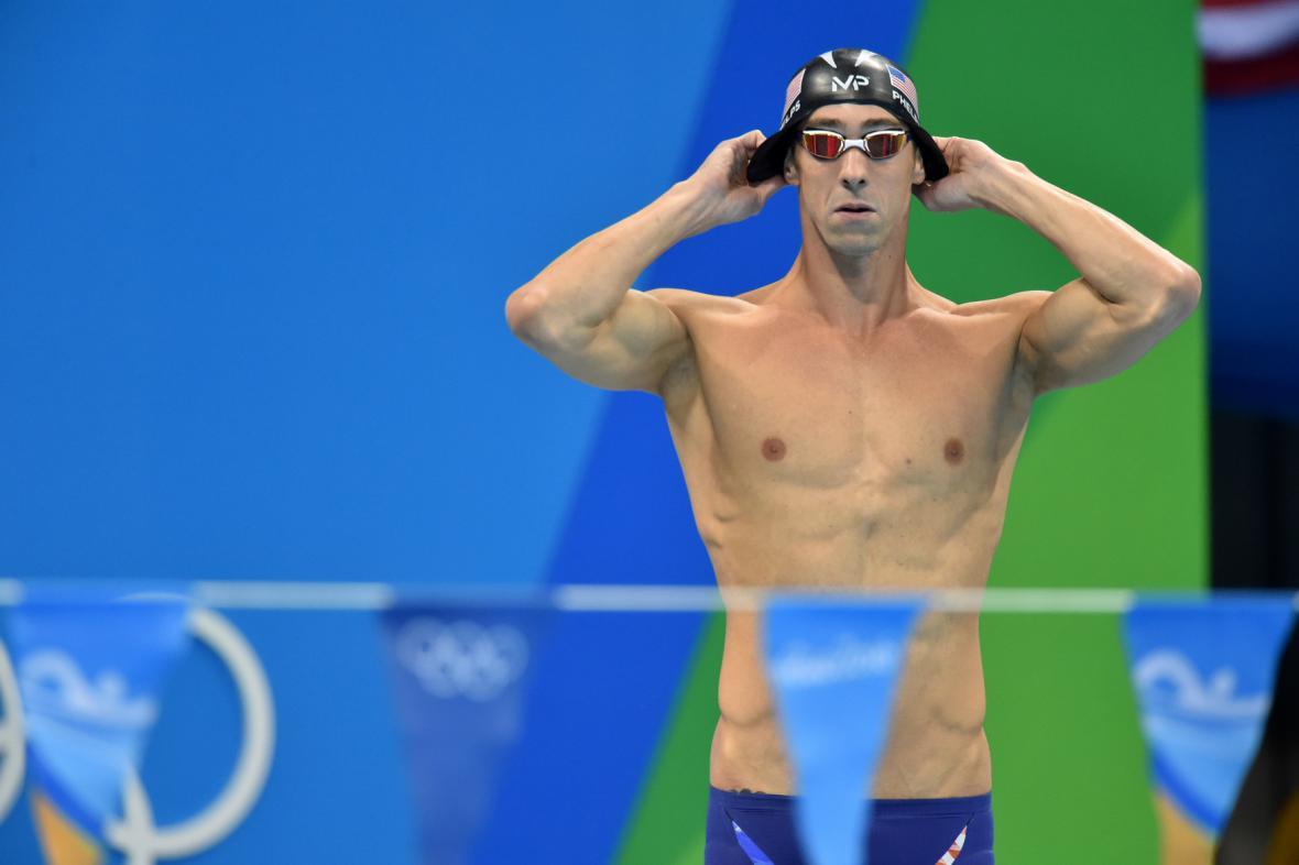 Michael Phelps si upravuje čepičku
