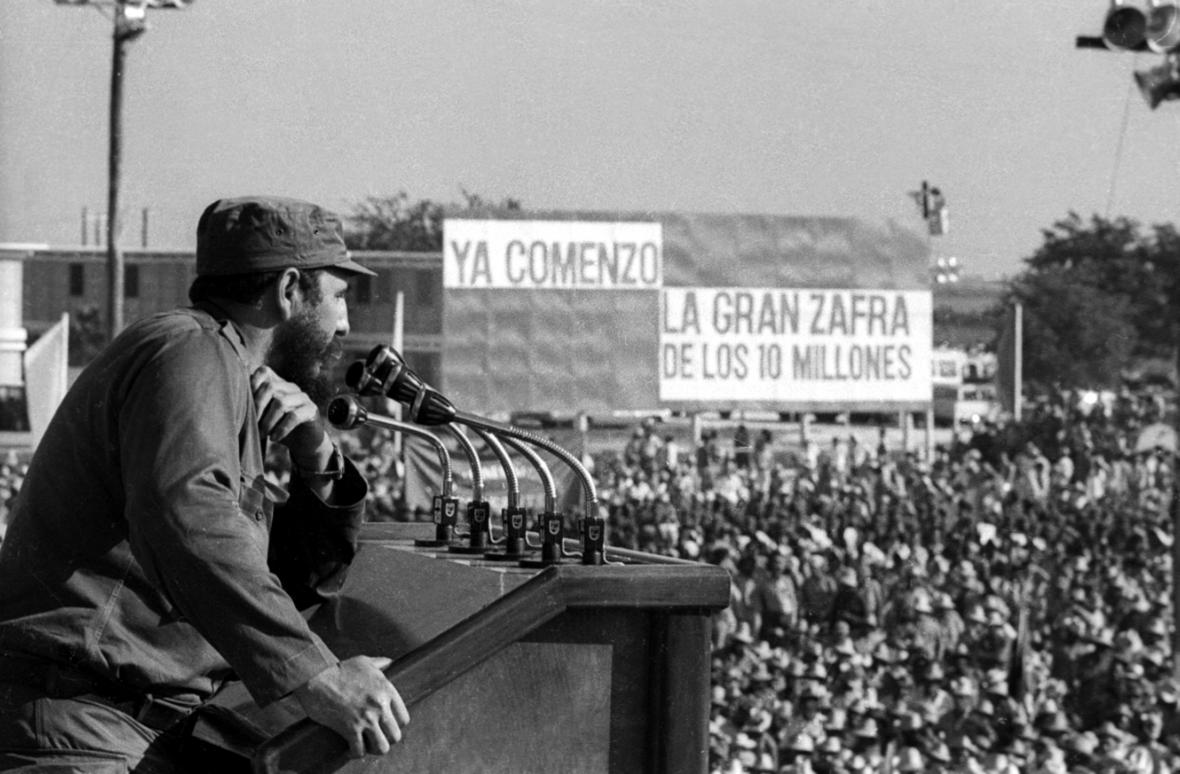 Fidel Castro mluví k davu v Havaně (1970)