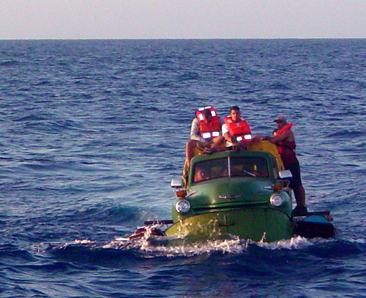 Kubánští migranti na autě upraveném na plavidlo se snaží dosáhnout břehů Floridy (2003)