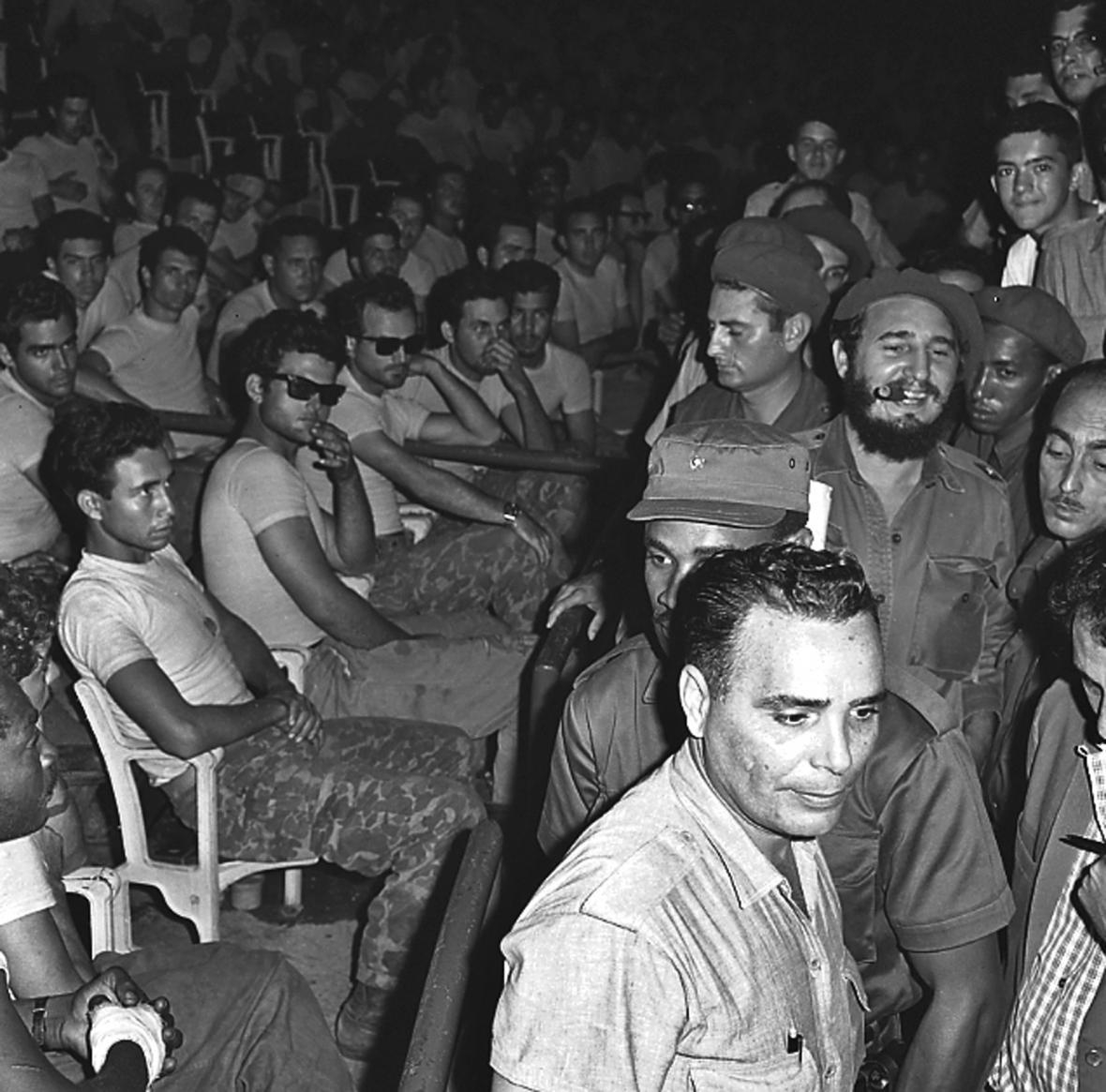 Castro přichází na veřejný soud se zadrženými (vlevo) z neúspěšné invaze v Zátoce sviní (1961).