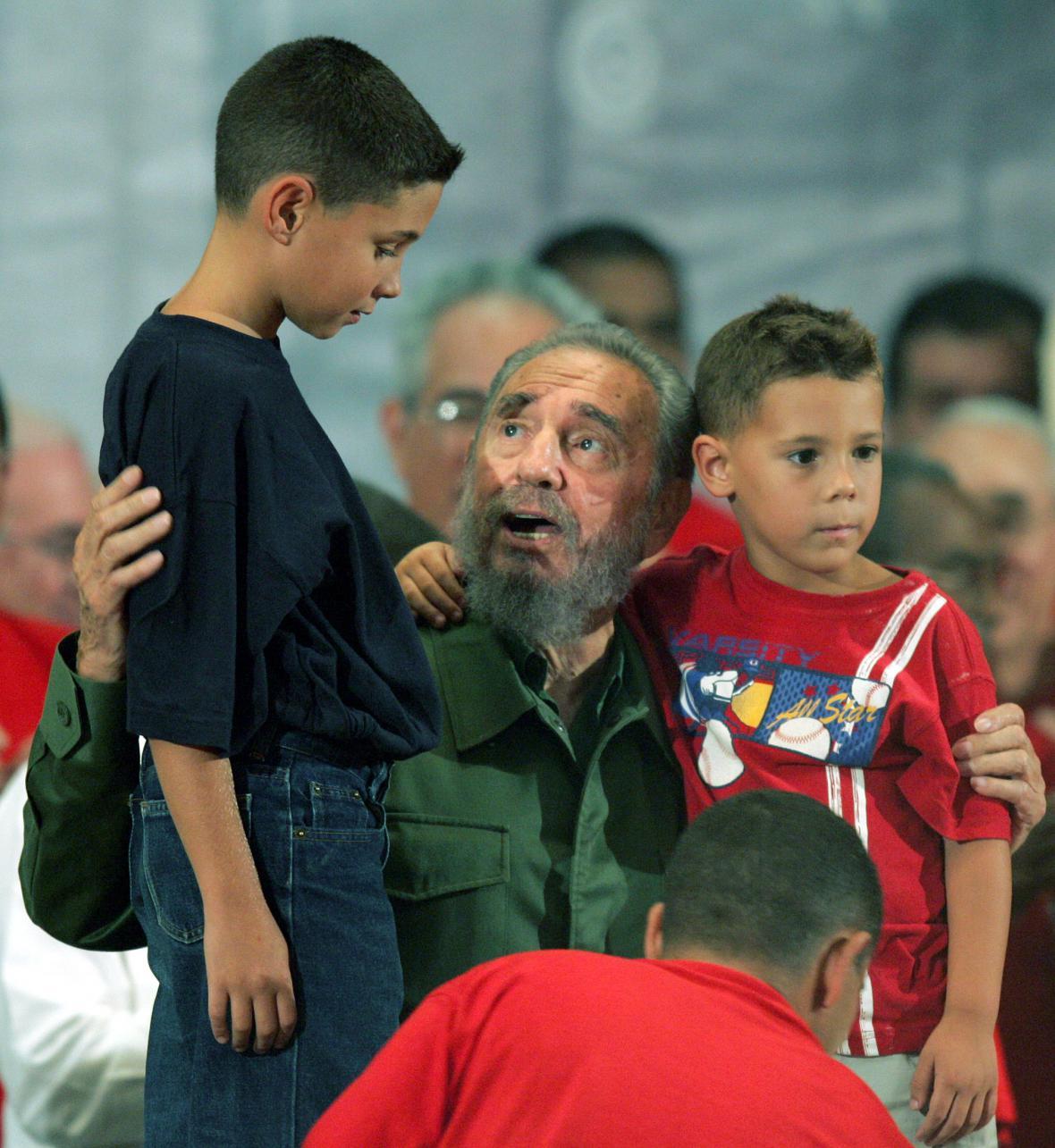 Castro s Eliánem Gonzálezem (vlevo) a jeho bratrem (2004).