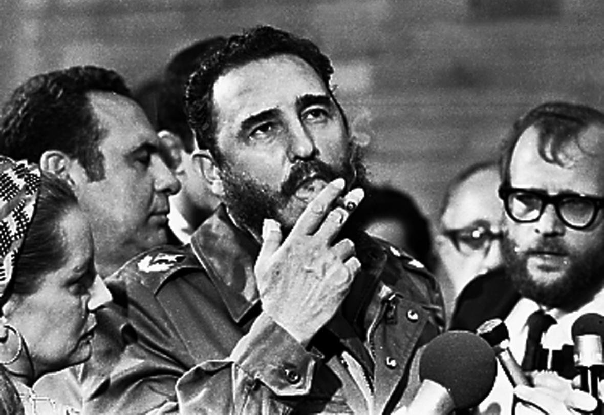 Castro s doutníkem při rozhovorech s novináři v Havaně (1975). Kouřil přestal v roce 1985.