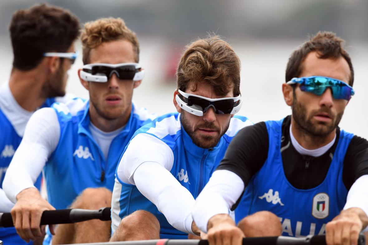 Italský tým veslařů a jeho pomocníci