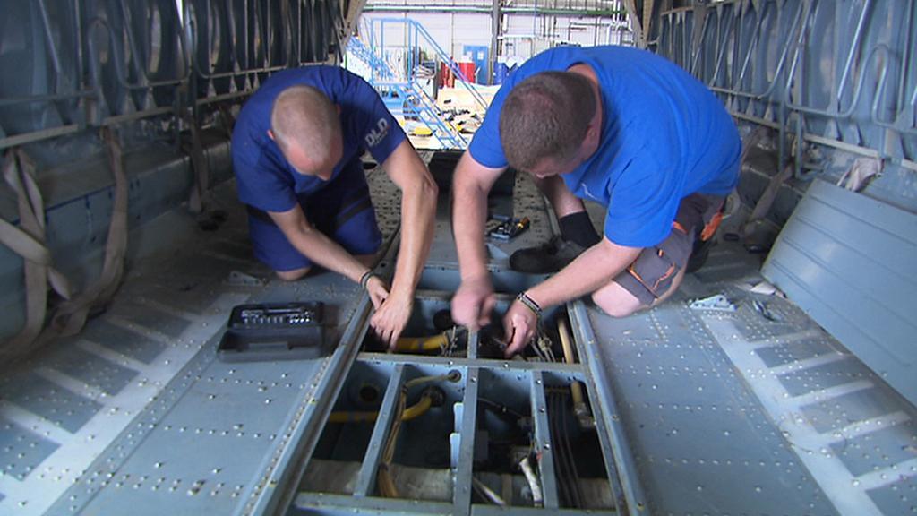 Čeští mechanici v útrobách afghánského vrtulníku