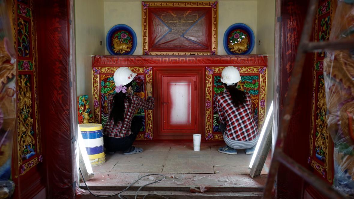 Práce na výzdobě chrámu