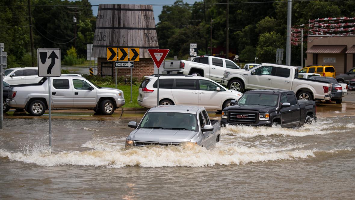 Auta se potýkají s vodou v Youngsville