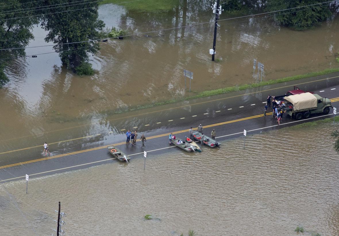 Záchranáři a evakuovaní na silnici 190