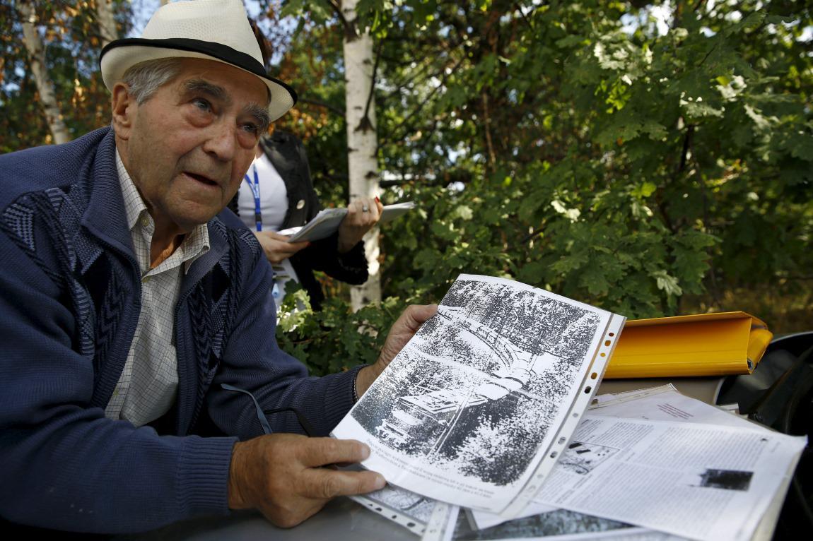 Badatel Tadeusz Slownikovski s dokumenty o ztraceném vlaku