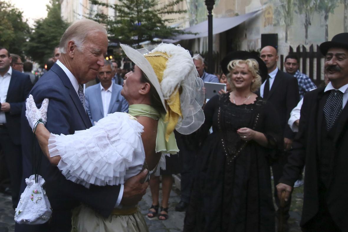 Joe Biden si v Bělehradu dokonce zatančil