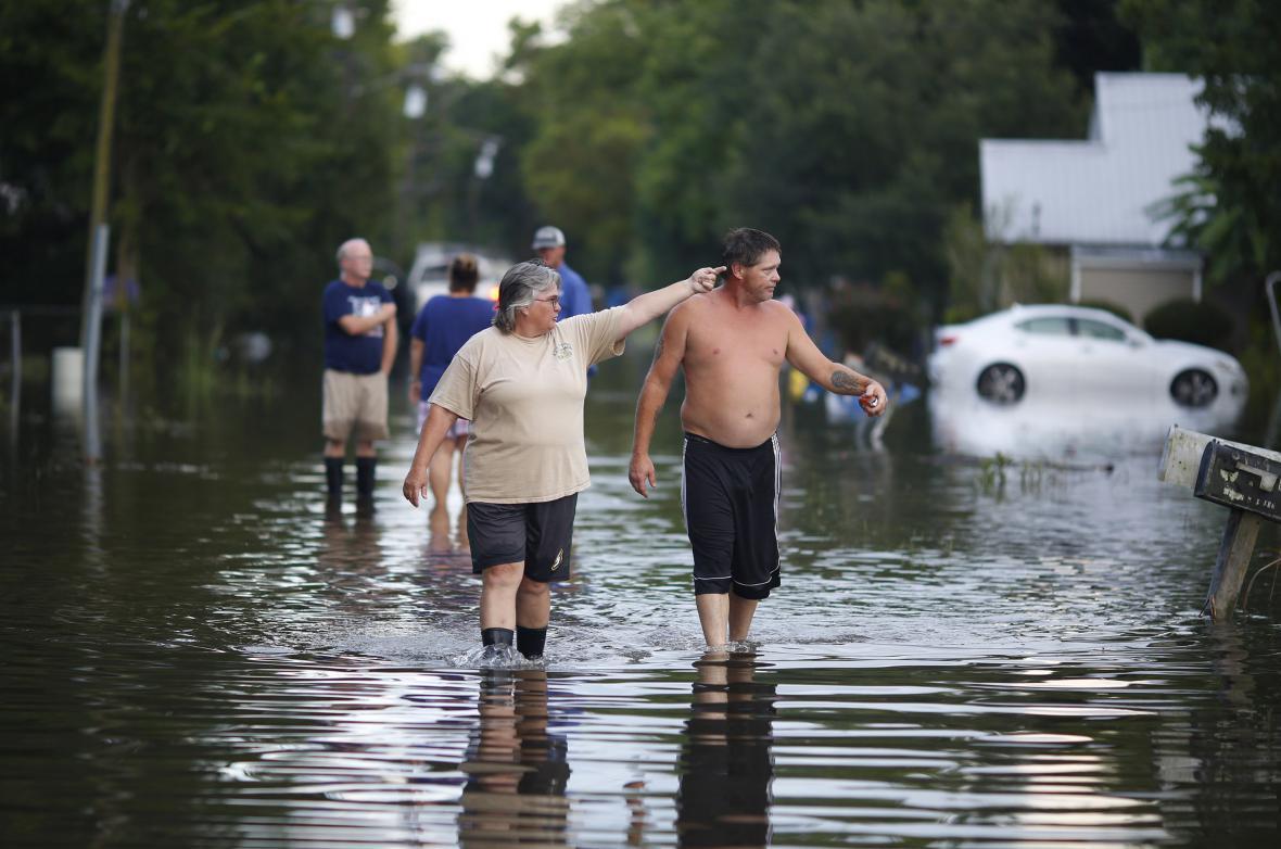 Místní kontrolují následky záplav ve městě Sorrento