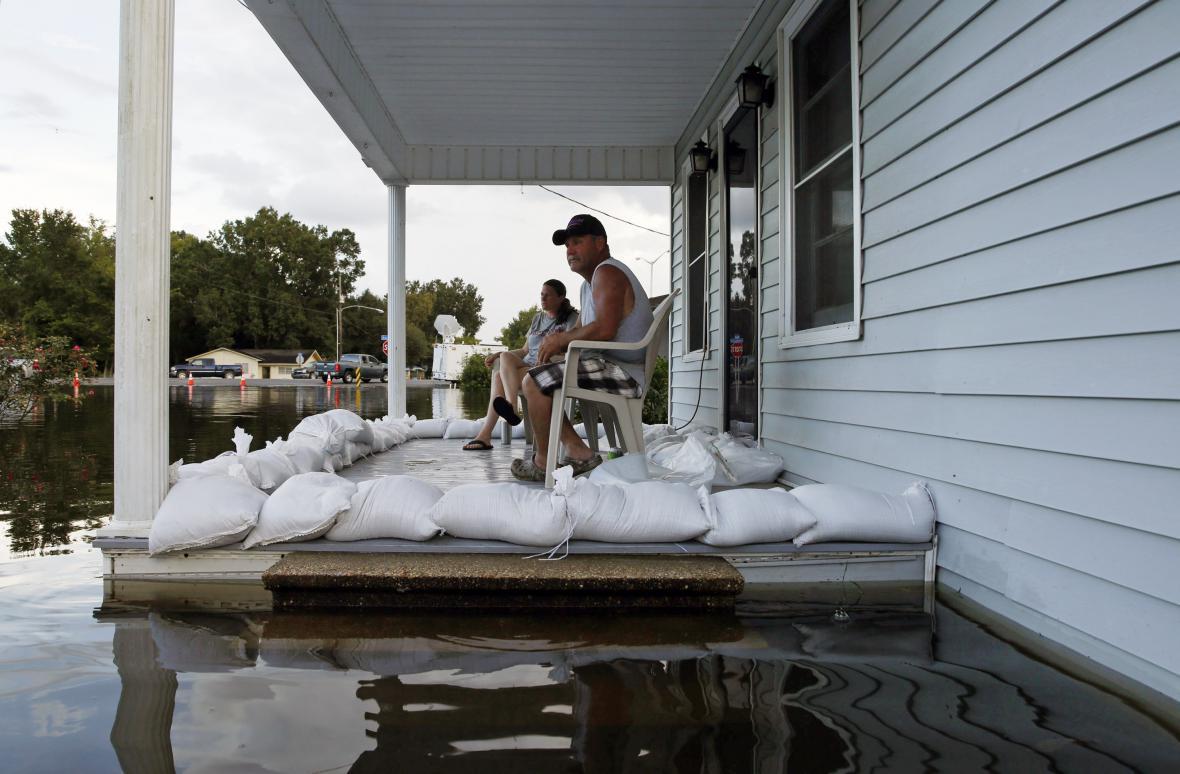 Obyvatelé Louisiany pozorují velkou vodu před svým domem