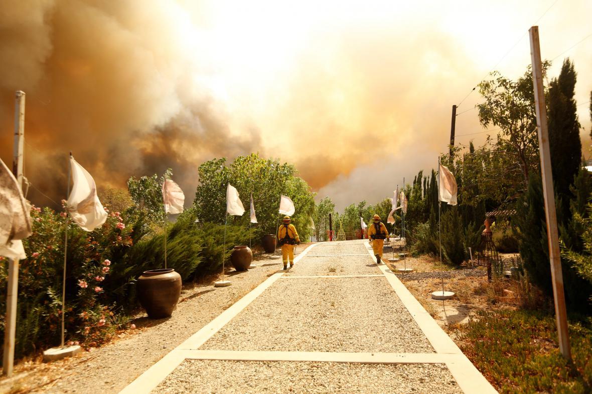 Hasiči se snaží ochránit domy v San Bernardinu
