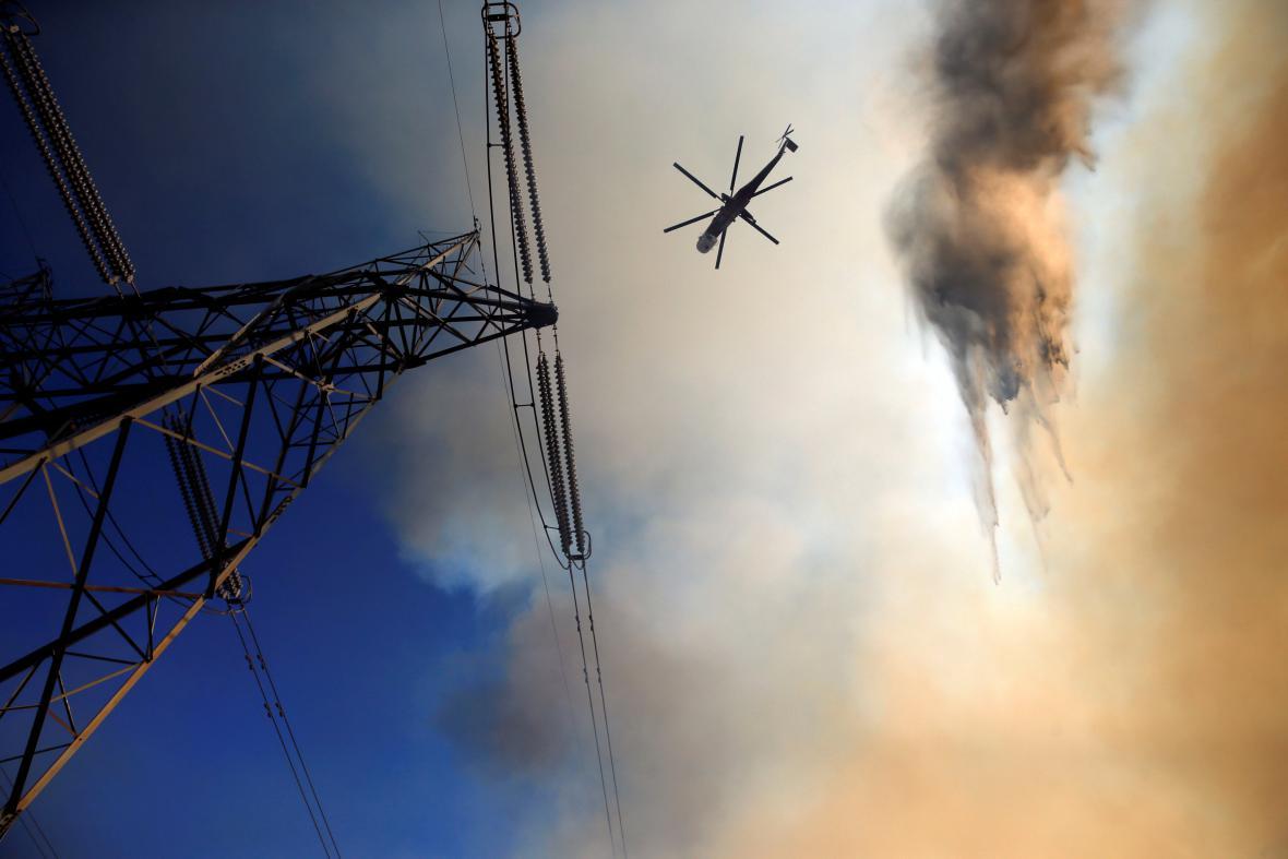 Do hašení požárů se zapojily i helikoptéry