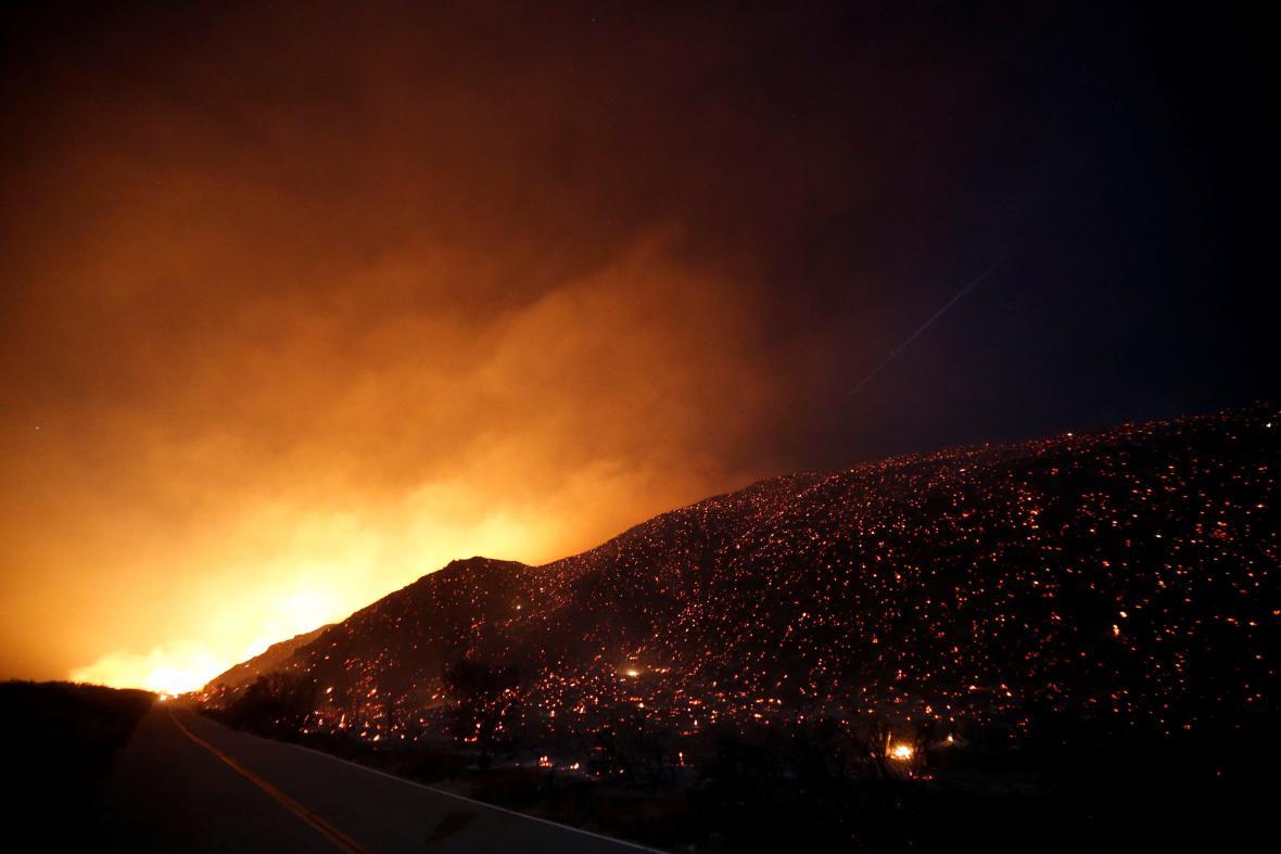 Hořící svah podél silnice Lytle Creek