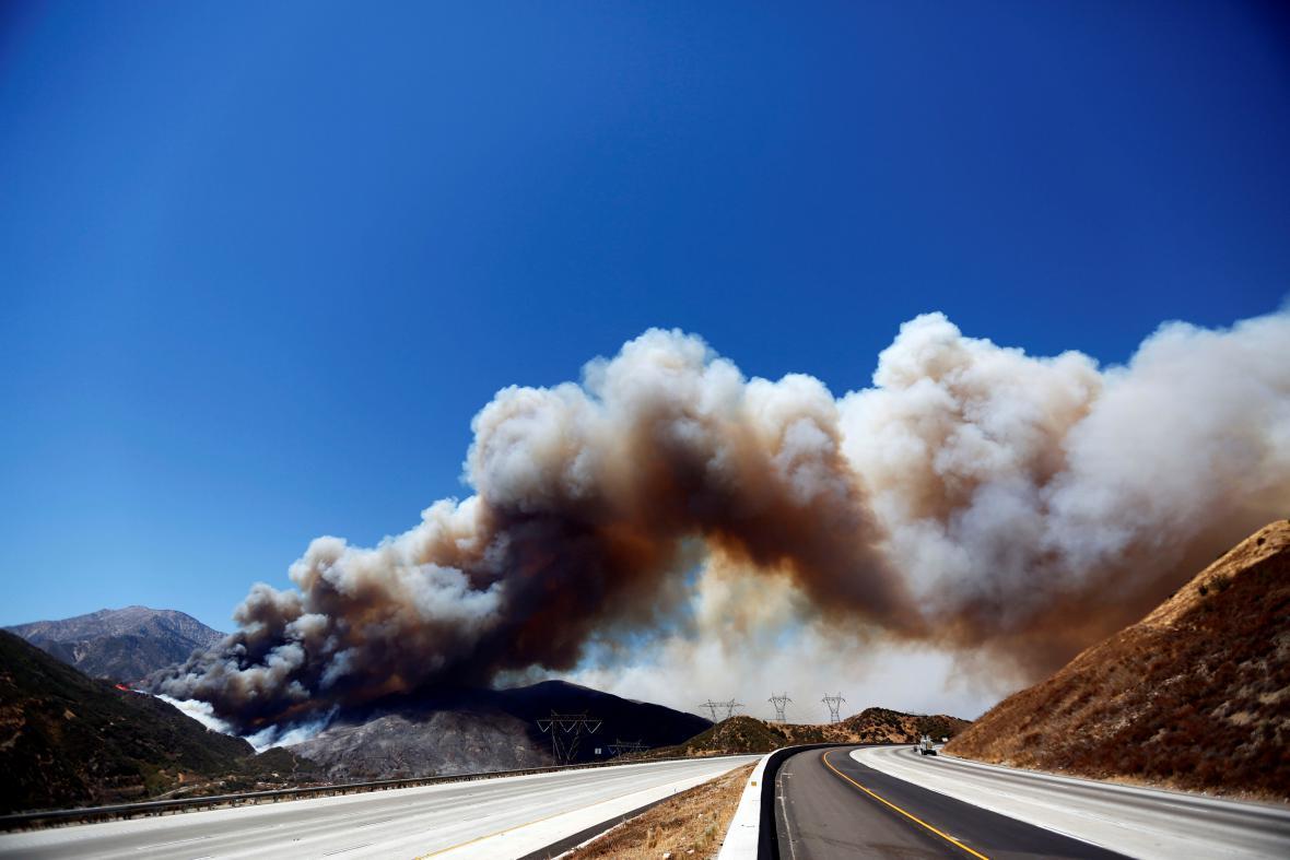 Oheň se blíží ke klíčovým silnicím