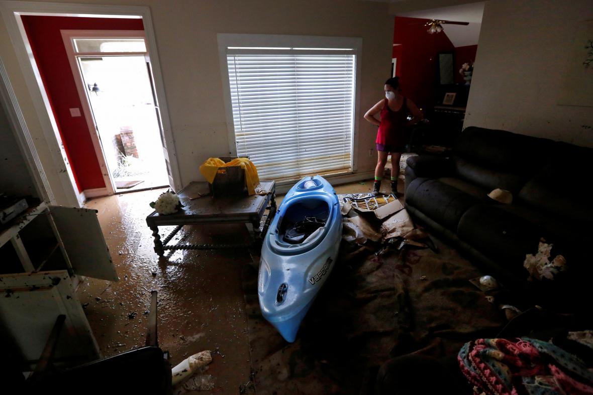 Obyvatelka Denham Springs ve svém zničeném bytě. Kajak použila pro záchranu zvířat