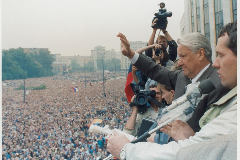 Prezident Jelcin mává davu z balkonu ruského parlamentu (20. 8. 1991)