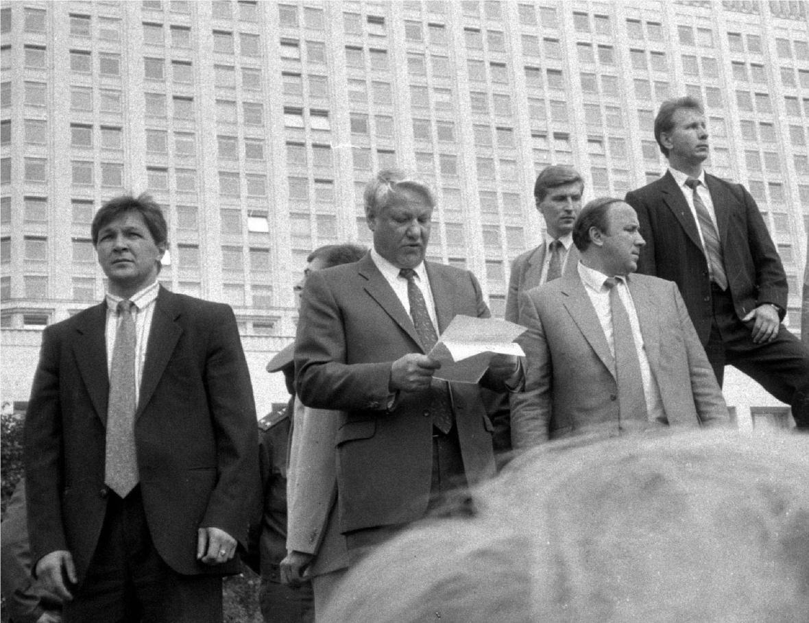 Prezident Jelcin při projevu na tanku před ruským parlamentem